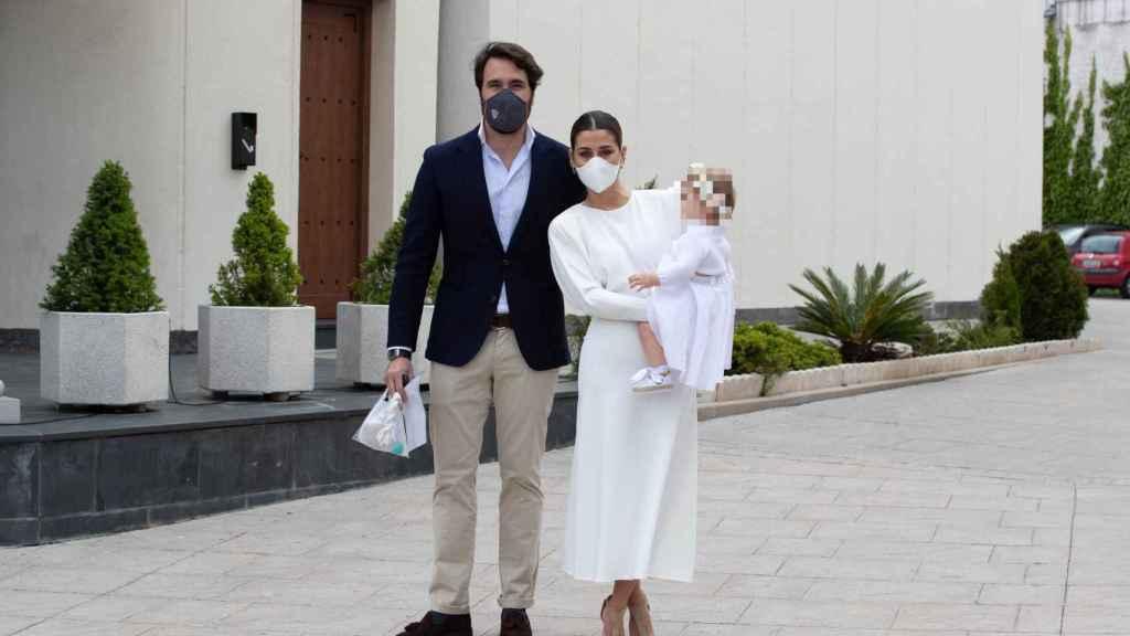 Elena Tablada y Javier Ungría posando para los medios junto a su hija Camila.