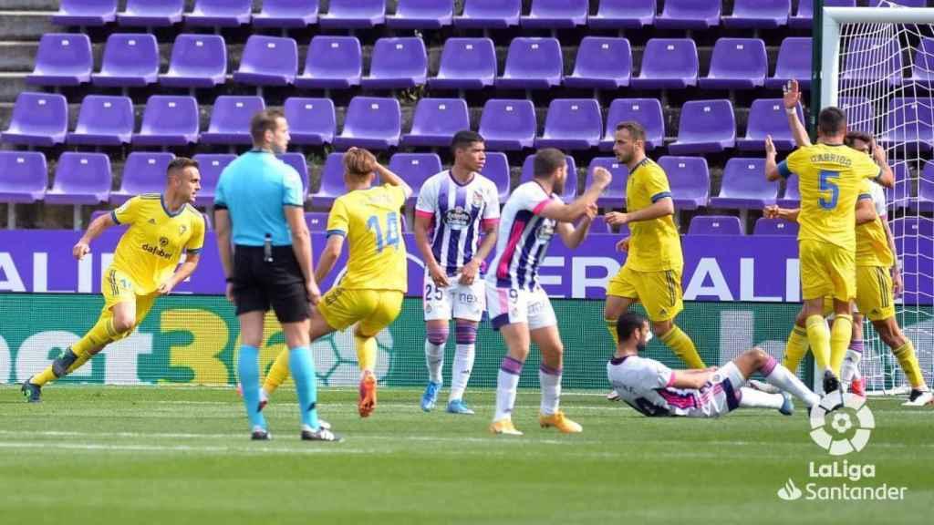 Los jugadores del Cádiz celebran el gol ante el Valladolid