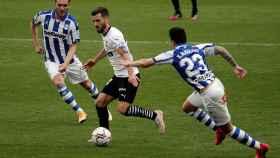 Gayá en una acción durante el partido Valencia - Alavés