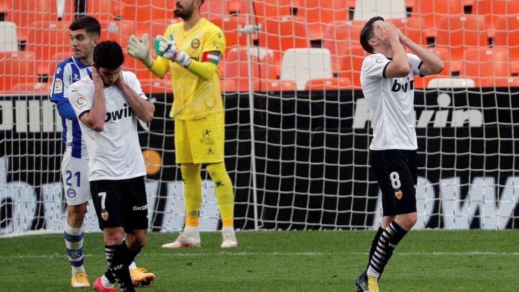 Los jugadores del Valencia lamentan una ocasión perdida