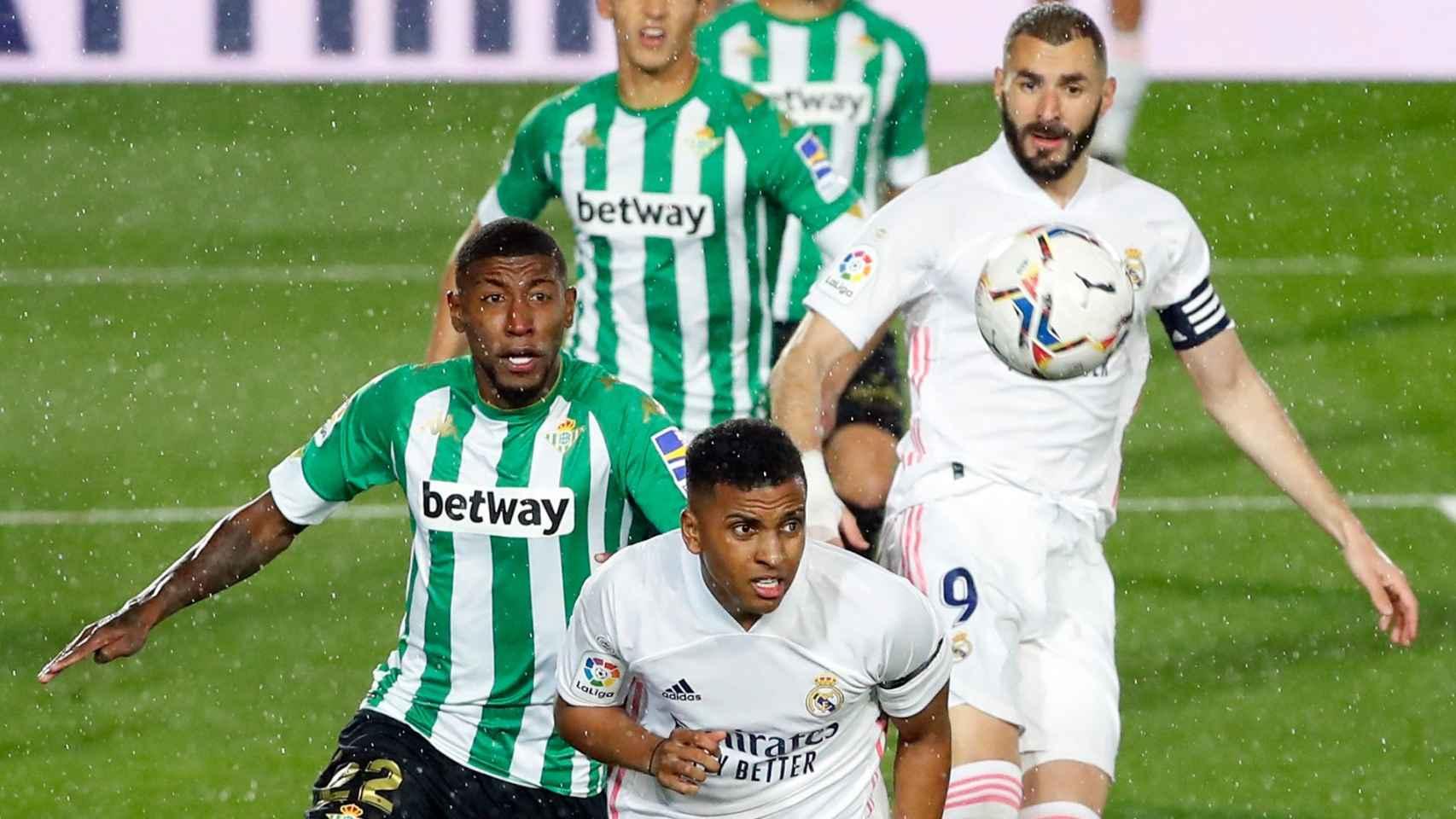 Rodrygo se adelanta a la defensa del Betis para recibir un balón
