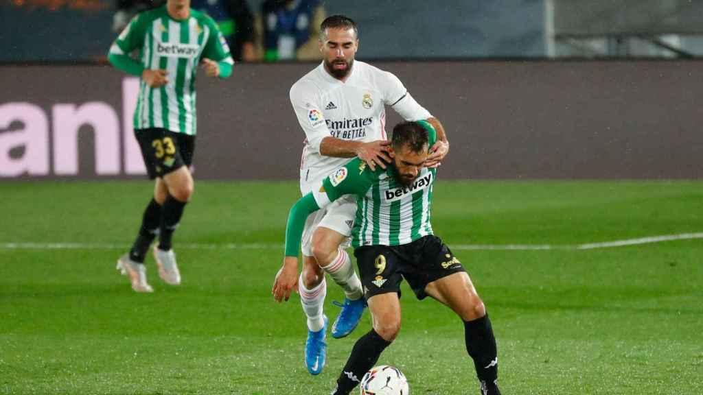 Dani Carvajal disputa un balón con Borja Iglesias