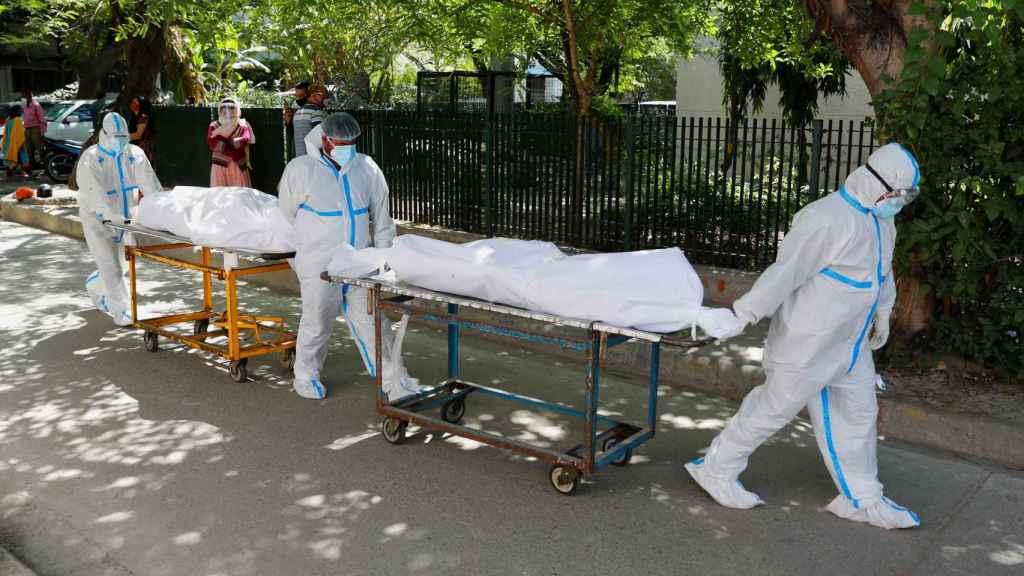 Trasladan cadáveres de personas fallecidas por Covid-19 en el hospital Guru Teg Bahadur, Nueva Delhi.