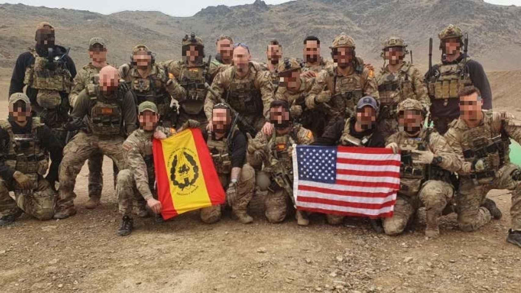 Miembros del Grupo de Operaciones Especiales españoles junto a compañeros estadounidenses.