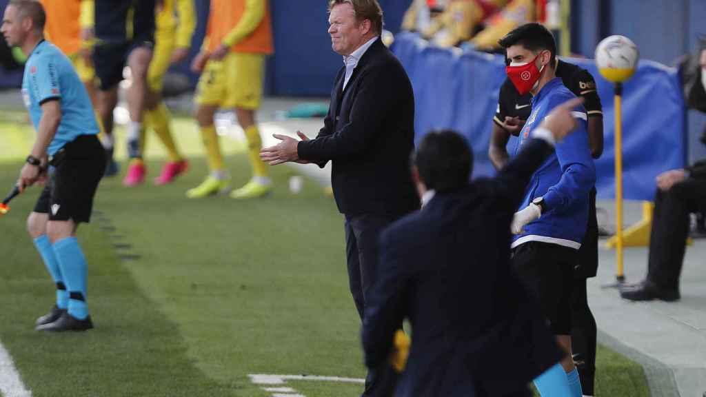 Koeman dando indicaciones en la banda al Barça