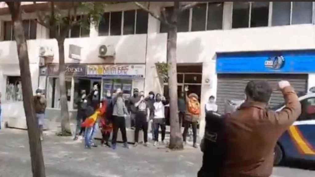 Un instante del vídeo en el que Rufián se dirige a los concentrados con el puño en alto.