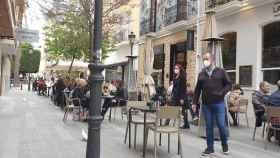 Locales de la calle Castaños, en Alicante, este fin de semana.