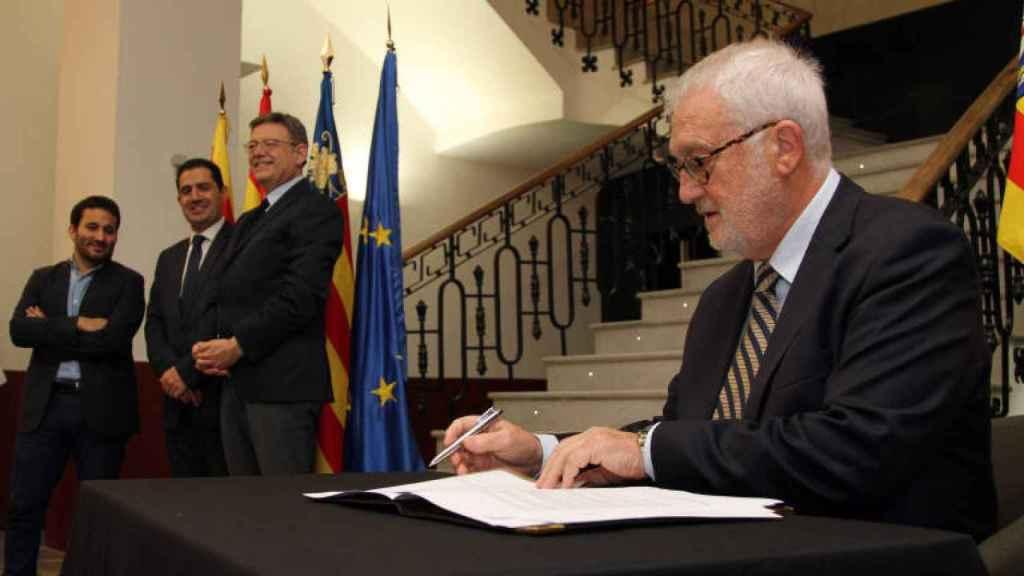 Boyer, en primer plano, con Ximo Puig al fondo.
