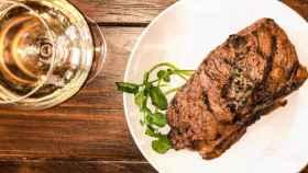 Los vinos blancos también pueden acompañar carnes rojas.