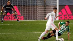 Hazard deja sentado a un defensa del Betis
