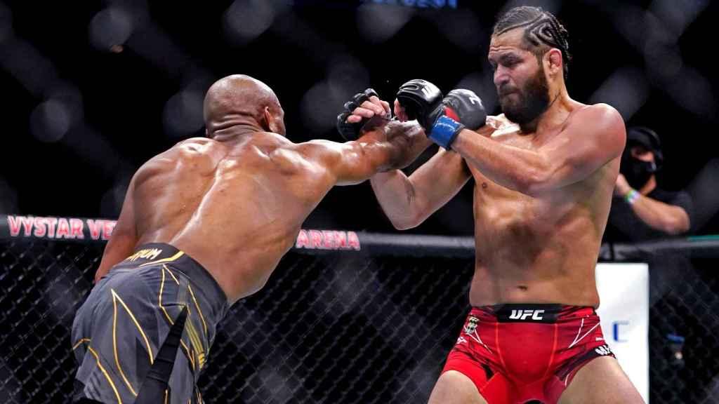 Kamaru Usman y Jorge Masvidal, durante su pelea en la UFC