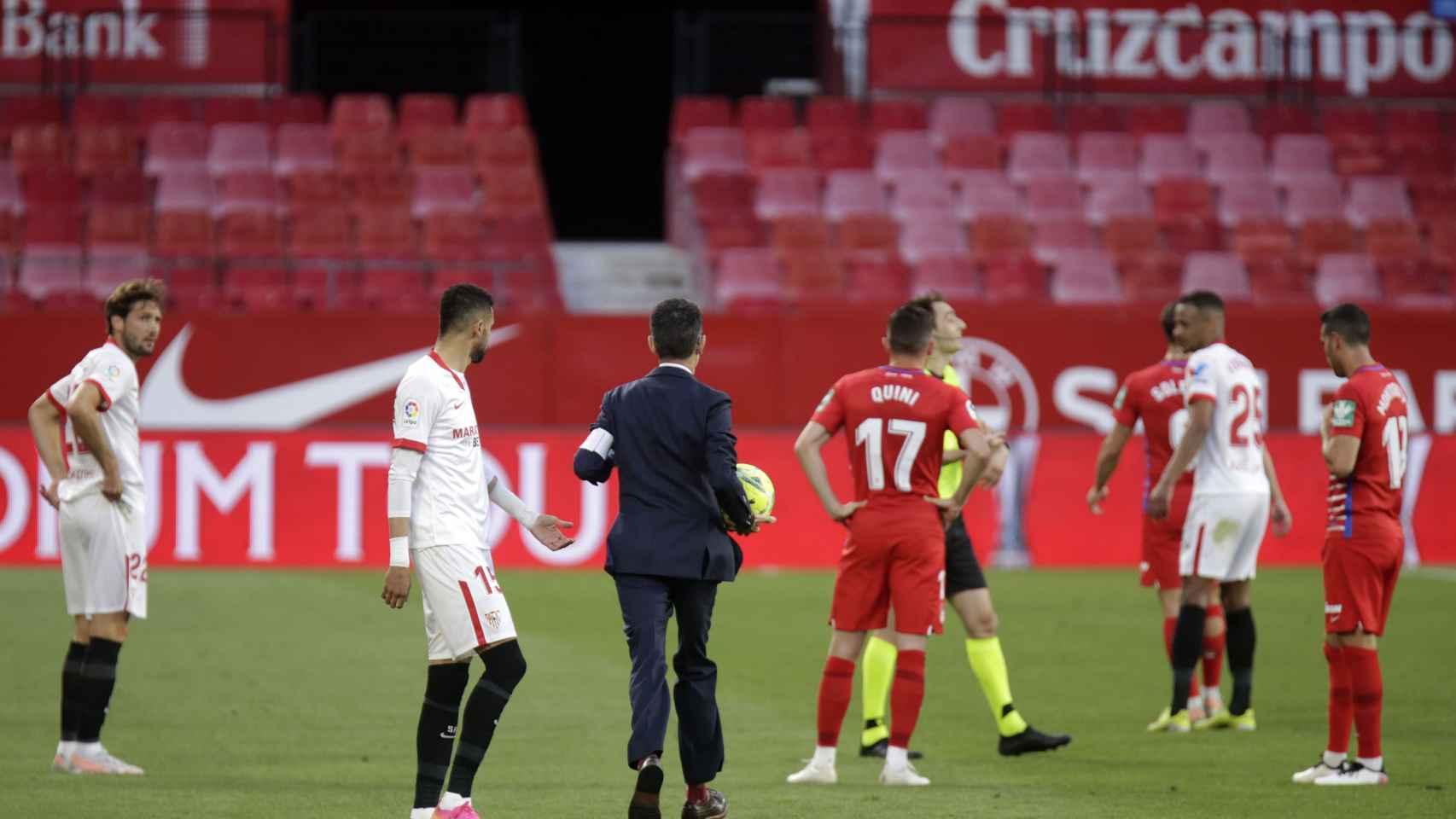 Los jugadores del Sevilla y Granada hablan con De Burgos Bengoetxea