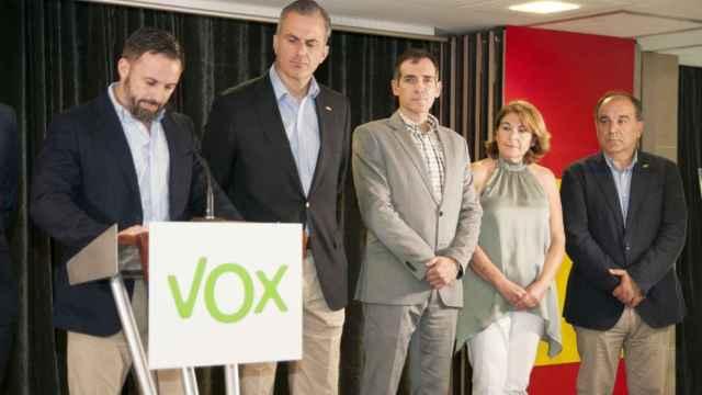 El líder de Vox, Santiago Abascal, junto al diputado Javier Ortega Smith y los parlamentarios murcianos  Juan José Liarte, Mabel Campuzano y Francisco Carrera.