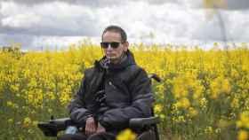 Miguel Ángel, en silla de ruedas en un campo de colza