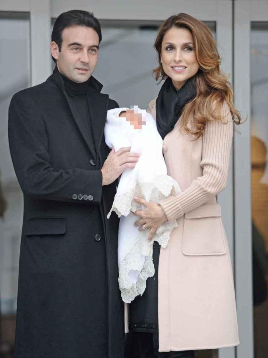 Enrique Ponce y Paloma Cuevas, el día que presentaron en sociedad a su pequeña Bianca.