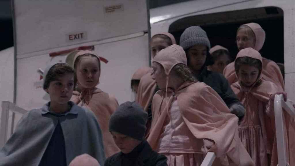 Los niños de Gilead en el episodio 3x13 de 'El cuento de la criada'.