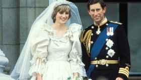 La princesa Diana de Gales y el príncipe Carlos de Inglaterra el día de su boda.