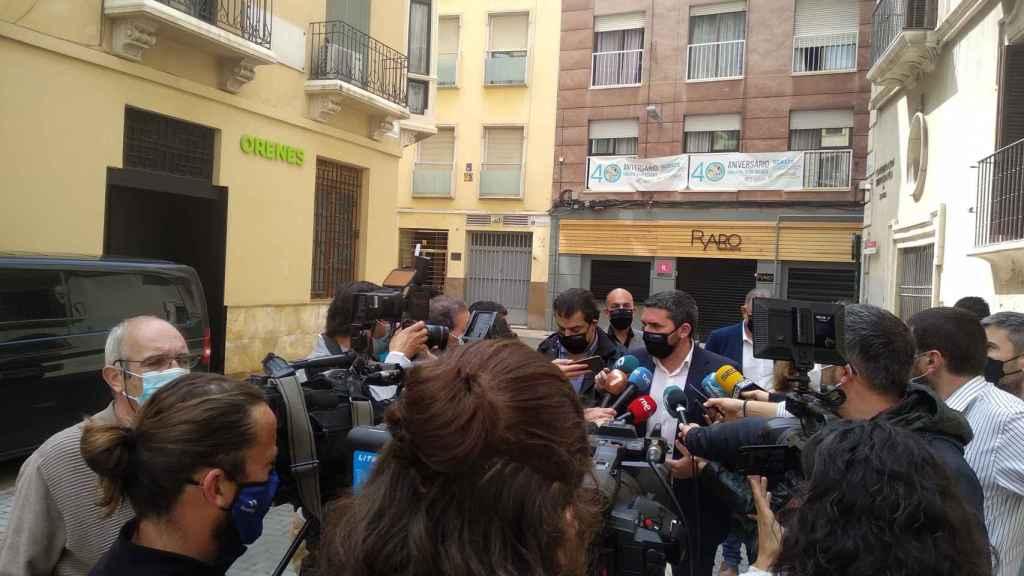 El consejero de Agricultura de Murcia, Antonio Luengo, atendiendo a los medios de comunicación.