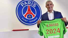 Keylor Navas posa con la camiseta del PSG por su renovación