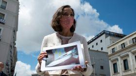 La ministra de Industria y Comercio, Reyes Maroto, muestra una fotografía de la navaja.