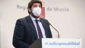 El presidente murciano, Fernando López Miras, este lunes, en rueda de prensa en el Palacio de San Esteban.