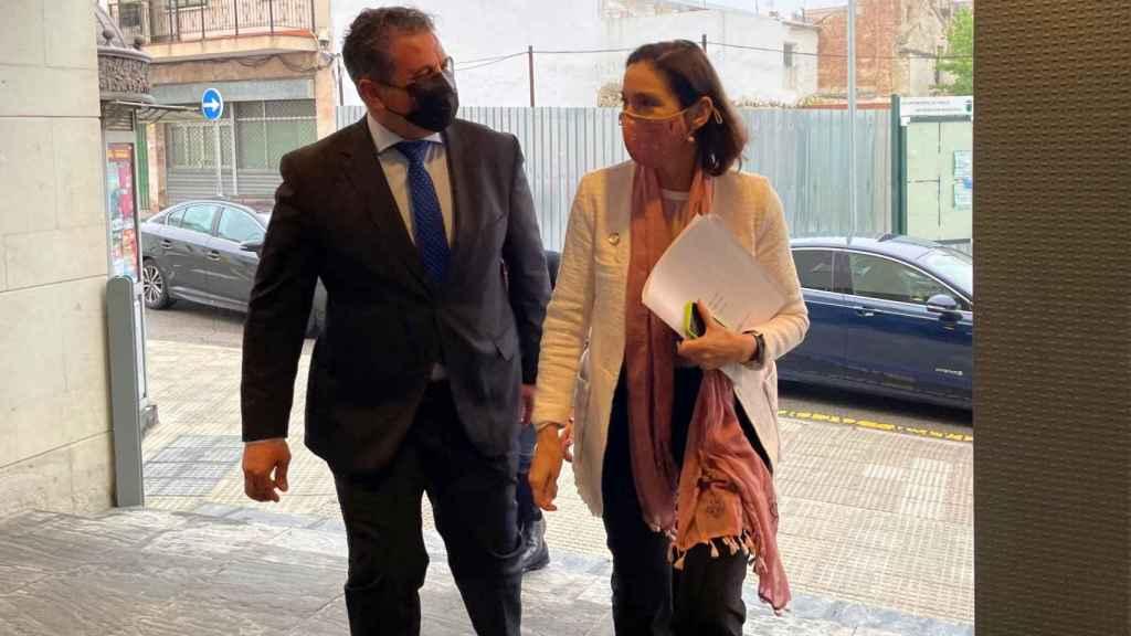 La ministra de Industria, Reyes Maroto, junto al alcalde de Parla, Ramón Jurado.