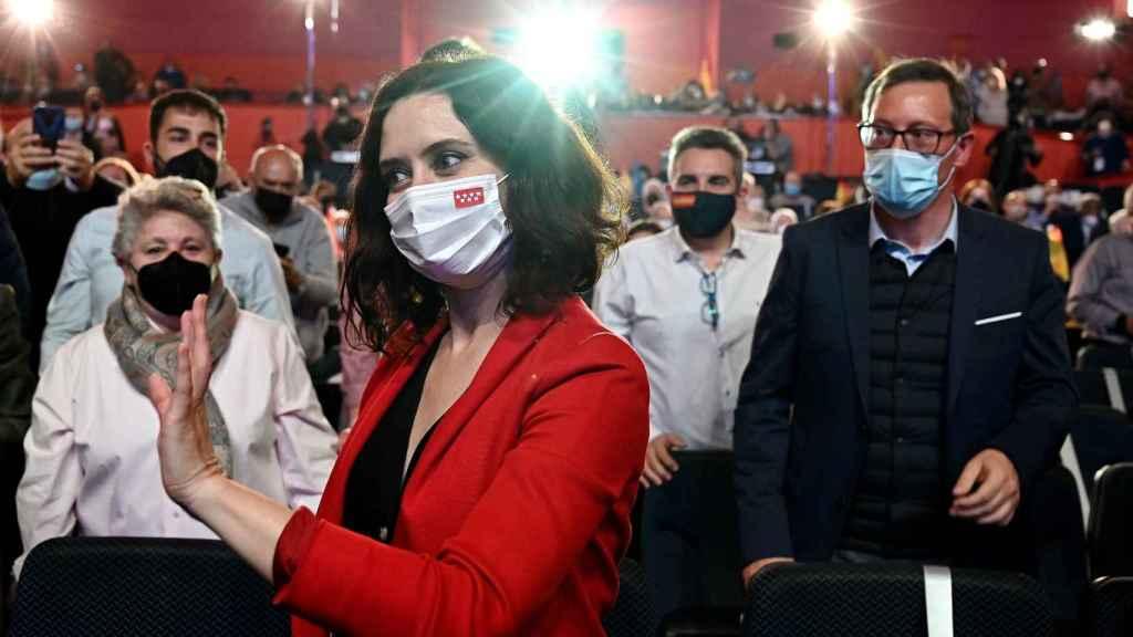 Isabel Díaz Ayuso saluda a los asistentes a un acto electoral en Torrejón de Ardoz.