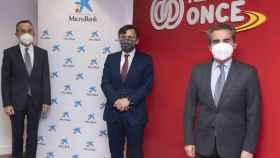 El presidente de MicroBank, Juan Carlos Gallego; el vicepresidente ejecutivo de Fundación ONCE, Alberto Durán; y el director territorial de Madrid Metropolitana de CaixaBank, Rafael Herrador, en la firma del convenio.