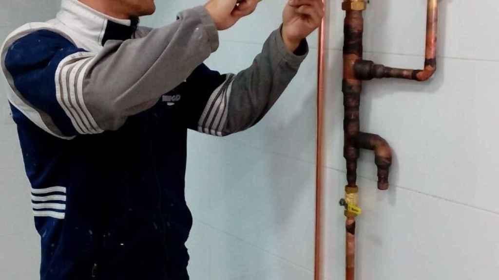 Un fontanero trabajando.