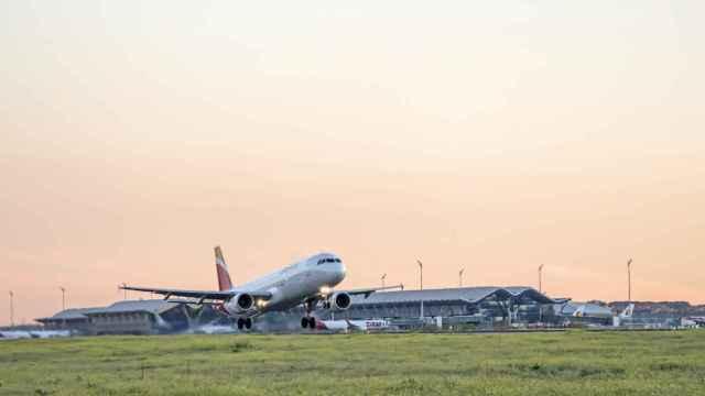Menos vuelos, pero a precios 'low cost' y con reembolsos flexibles: las aerolíneas se enfrentan a un verano incierto