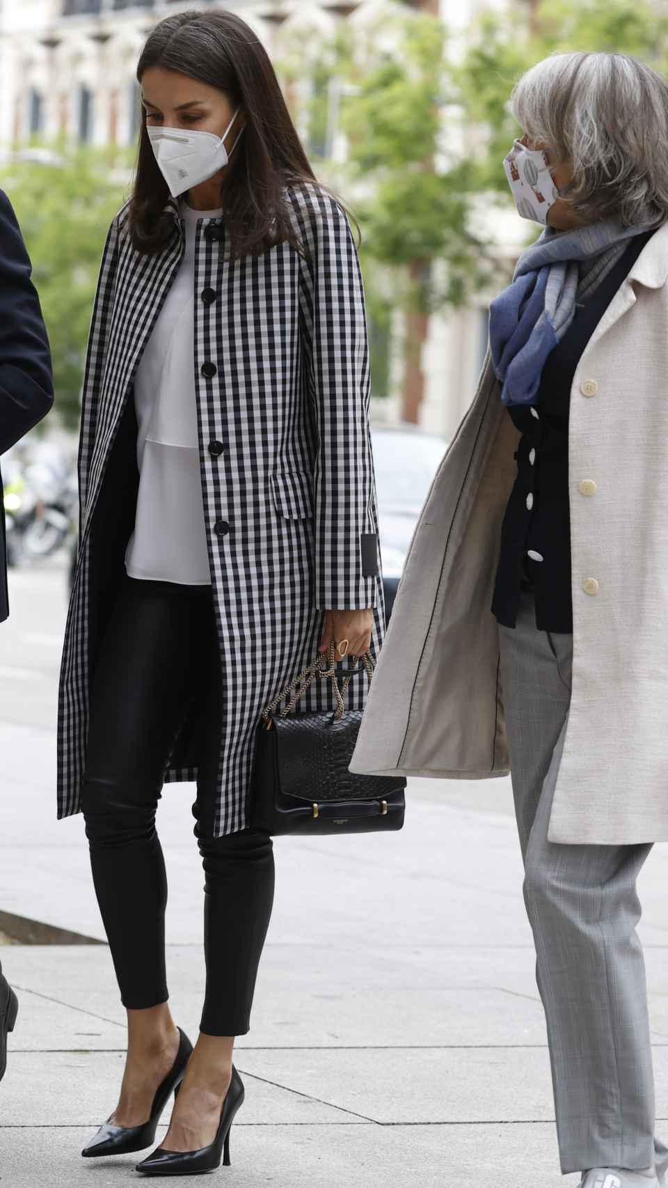 Letizia con una combinación en blanco y negro estrenando abrigo y camisa.