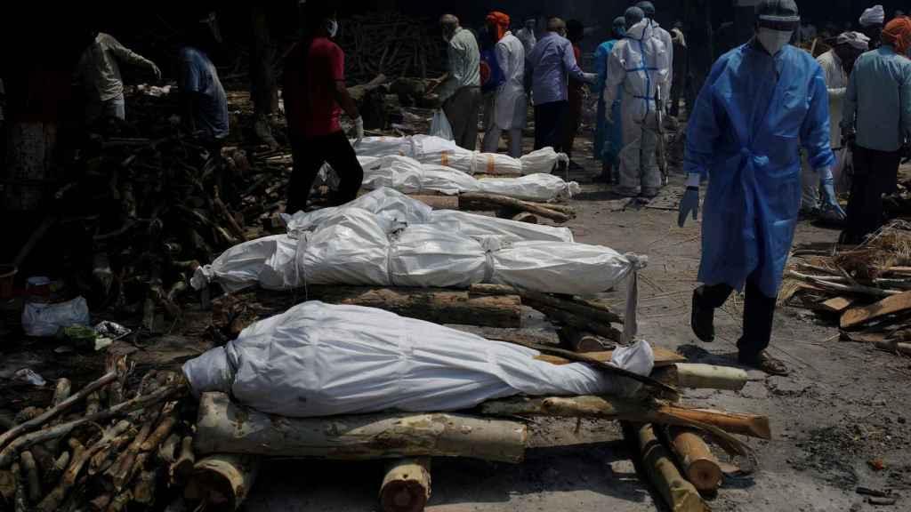 Varios cuerpos esperando a ser cremados en la India.