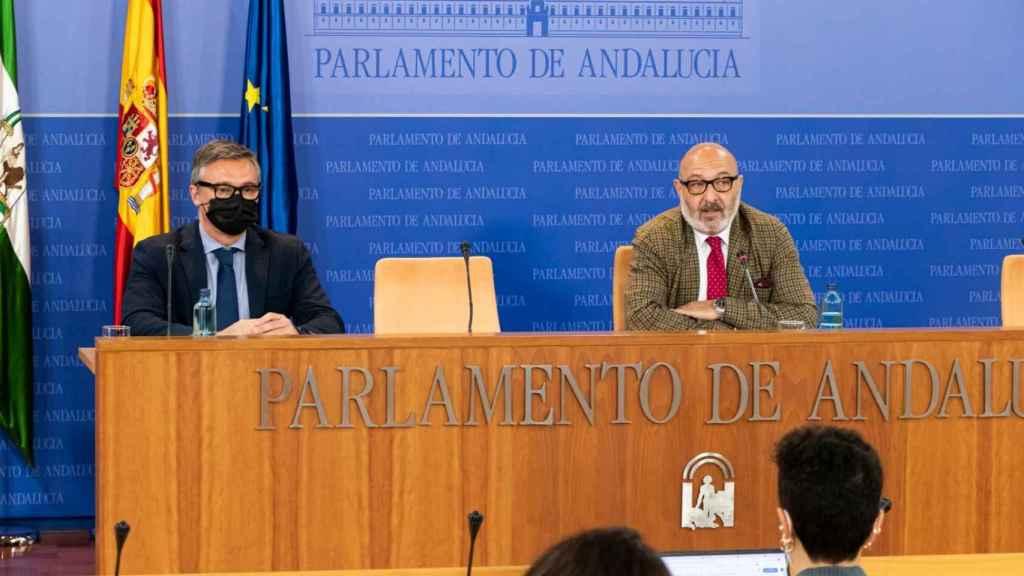 Alejandro Hernández y Manuel Gavira (Vox) en rueda de prensa.
