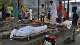 Dos cadáveres a punto de ser quemados en Nueva Delhi.