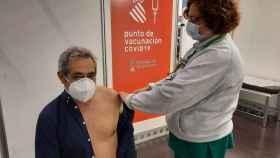 Un hombre es vacunado en Ciudad de la Luz, Alicante, este lunes.
