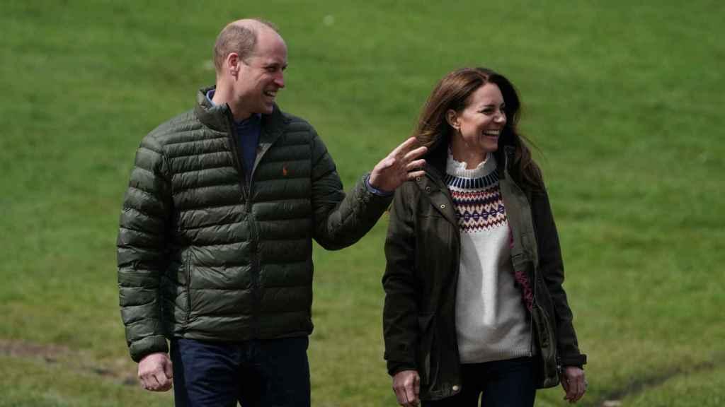 Kate Middleton y el príncipe Guillermo, durante la visita a una granja en Reino Unido.