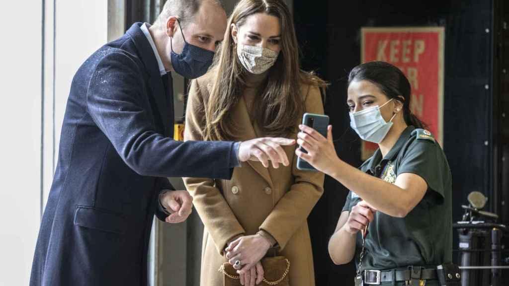 El príncipe Guillermo y Kate Middleton en una visita a una estación de ambulancias en Londres.
