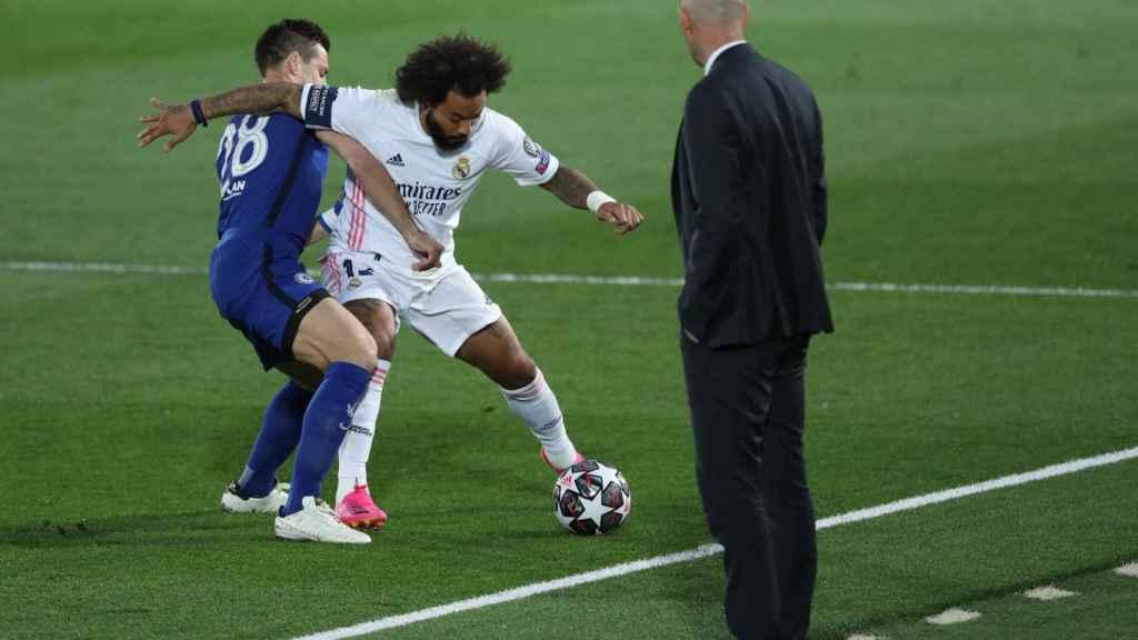 Cesar Azpilicueta presiona a Marcelo al borde de la banda