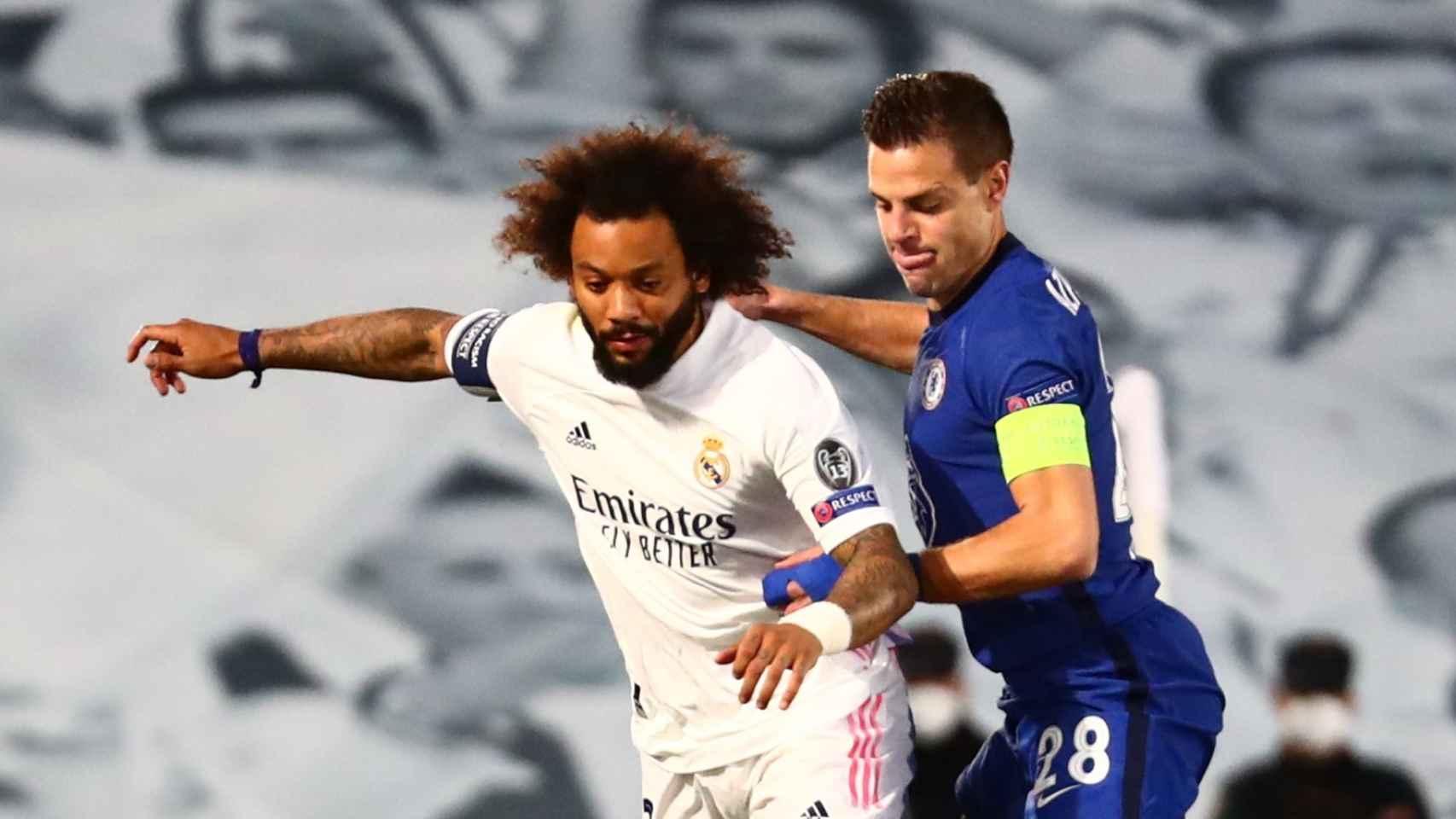 Marcelo protege el balón ante la presión de Cesar Azpilicueta