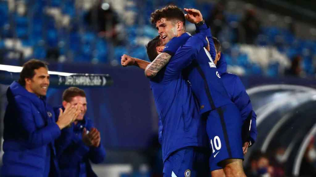 Christian Pulisic celebra su gol al Real Madrid con el banquillo del Chelsea