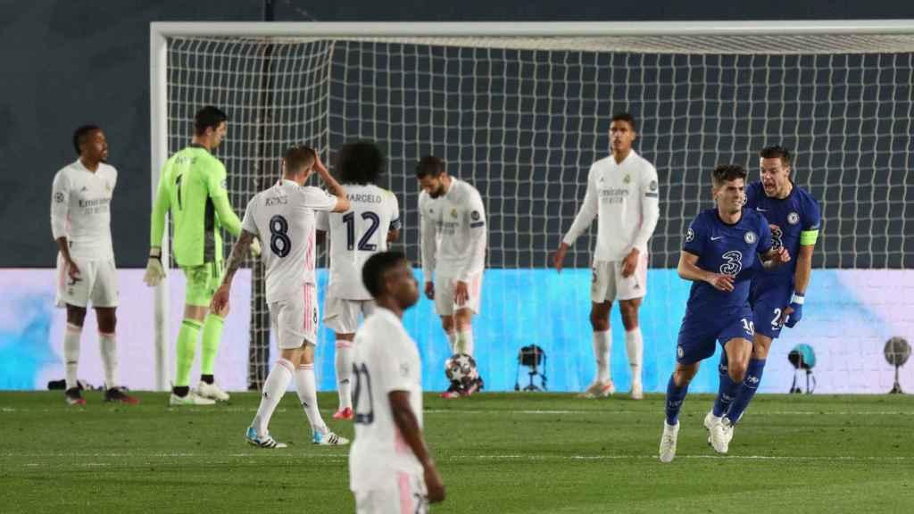 Los jugadores del Real Madrid se lamentan tras el gol de Christian Pulisic