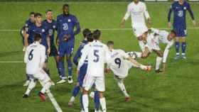 Karim Benzema se adelanta a la defensa del Chelsea, dispara y marca