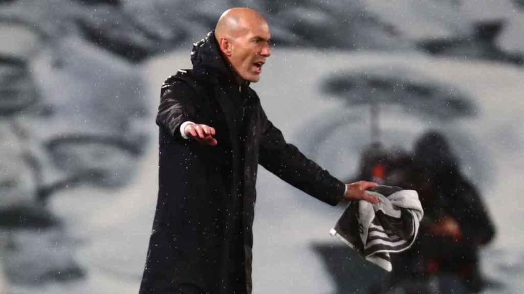 Zinedine Zidane da órdenes a los jugadores del Real Madrid tras el gol de Benzema al Chelsea