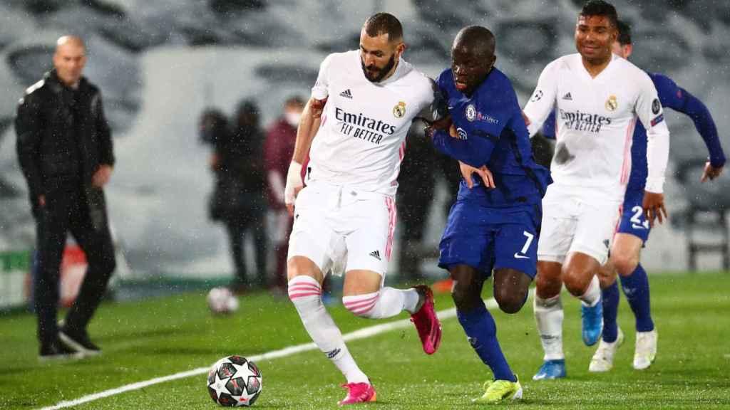 N'Golo Kante carga a Karim Benzema para intentar robarle el balón