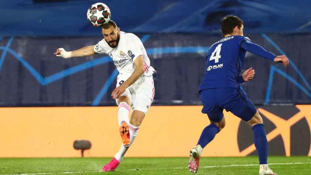 Karim Benzema dispara a la portería del Chelsea