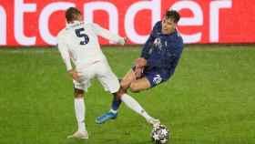 Raphael Varane roba el balón a Kai Havertz