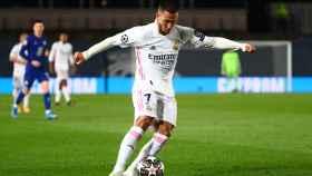 Eden Hazard centra al área del Chelsea