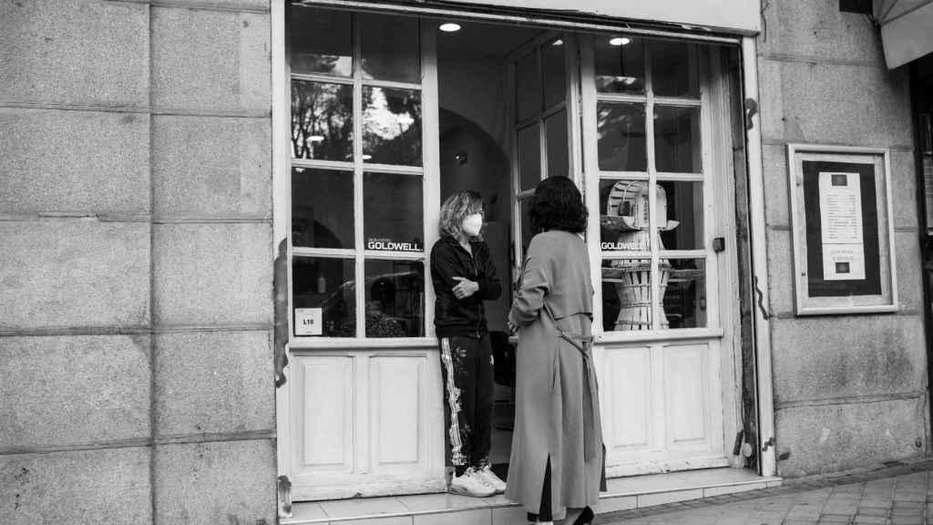 Isabel Díaz Ayuso en una peluquería en Madrid.