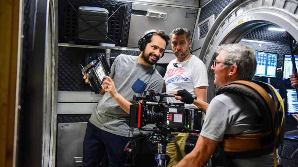 De pie a la  izquierda, Joe Penna, el director de la película, durante el rodaje.