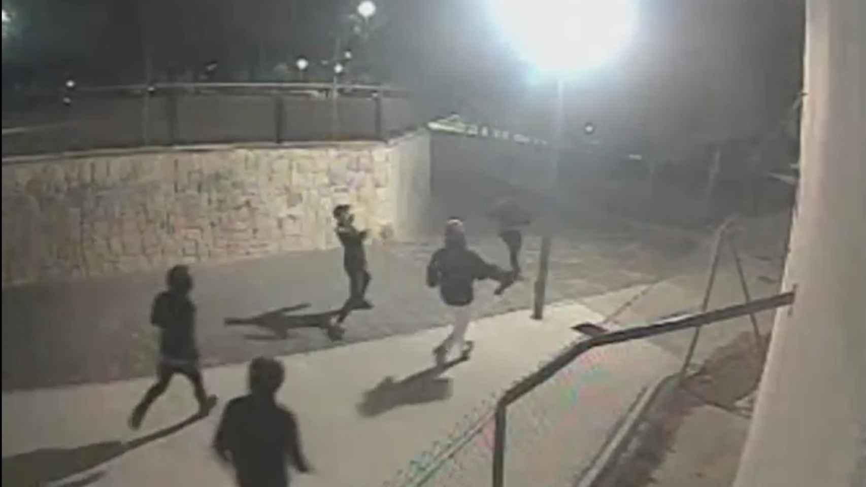 Momento en que los jóvenes persiguen a pedradas a las víctimas de la agresión en el Tossal.
